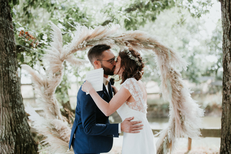 arche ceremonie mariage moderne épuré bord de mer