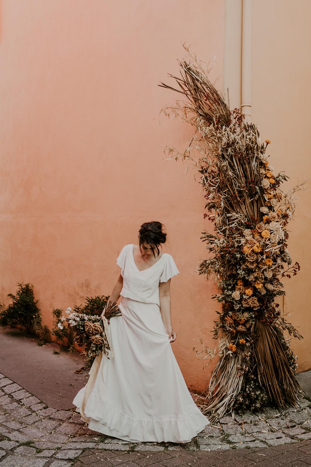 robe de mariee boheme devant arche boheme ceremonie laique