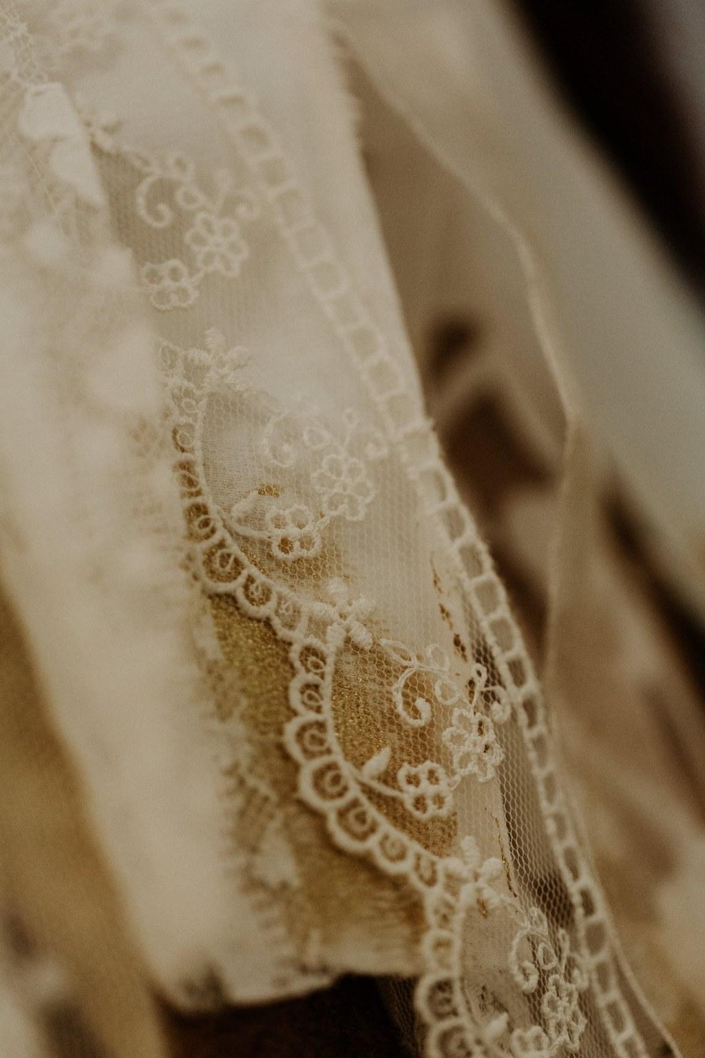 Mariage, robe de mariée, robe blanche, robe de mariée en dentelle, organisation de mariage, robe sur mesure, tenue de mariage, bouquet de mariée, futurs mariés, couturière, styliste robe de mariée, prestataires de mariage, mariage loirs-atlantique, stylisme coaching professionnels mariage nantes