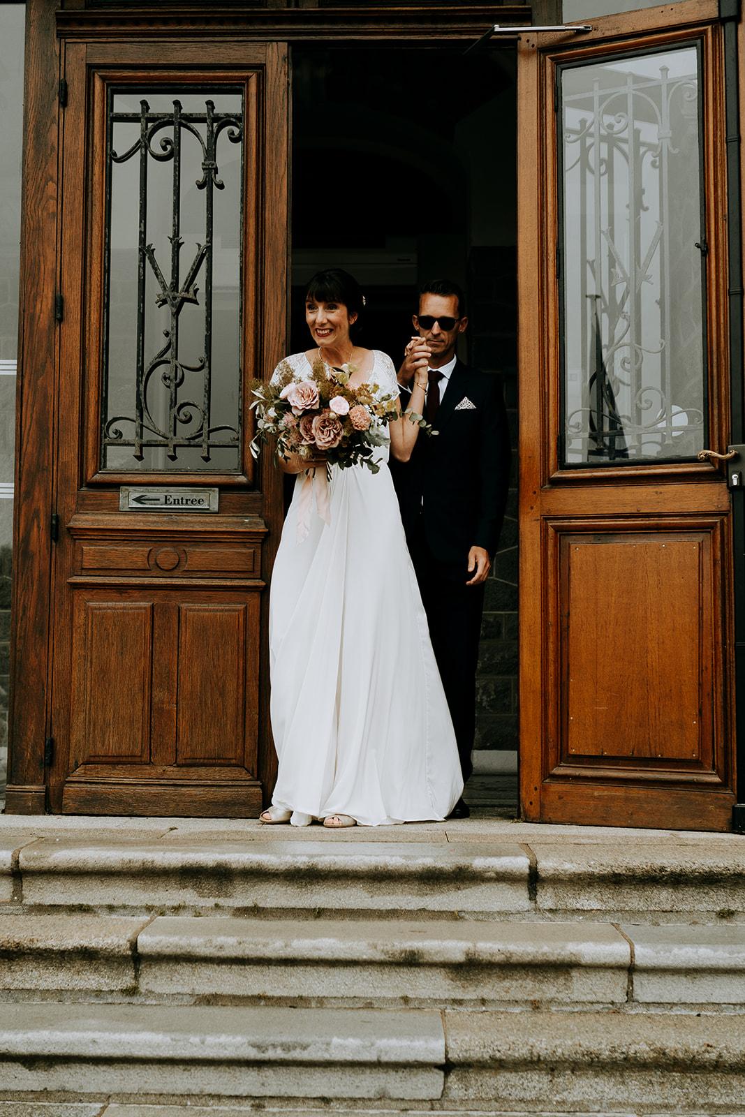 Couple de mariés en sortie de mairie Pays de la Loire