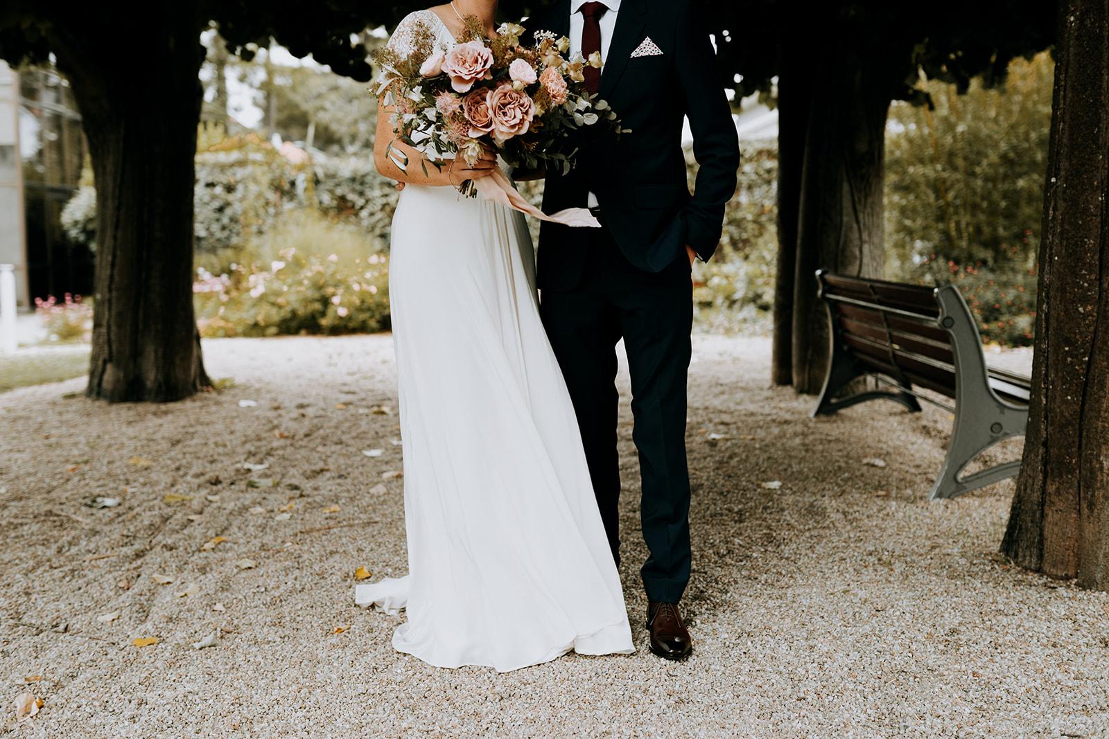 fleuriste mariage nantes Robe de mariée, costume de marié élégance bouquet de mariée