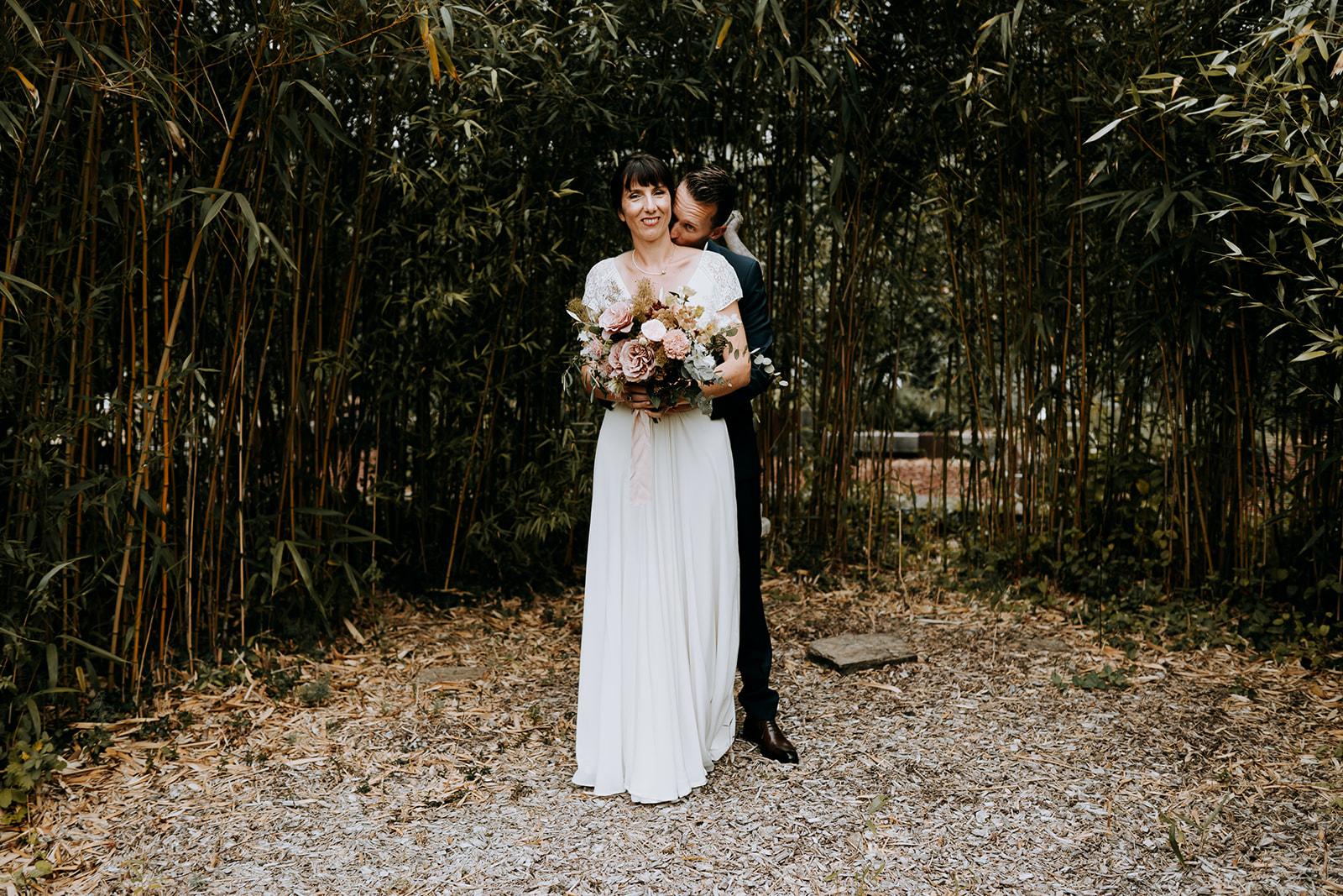 Photographie de mariés romantique Pays de la Loire bouquet de mariée fleuriste nantes