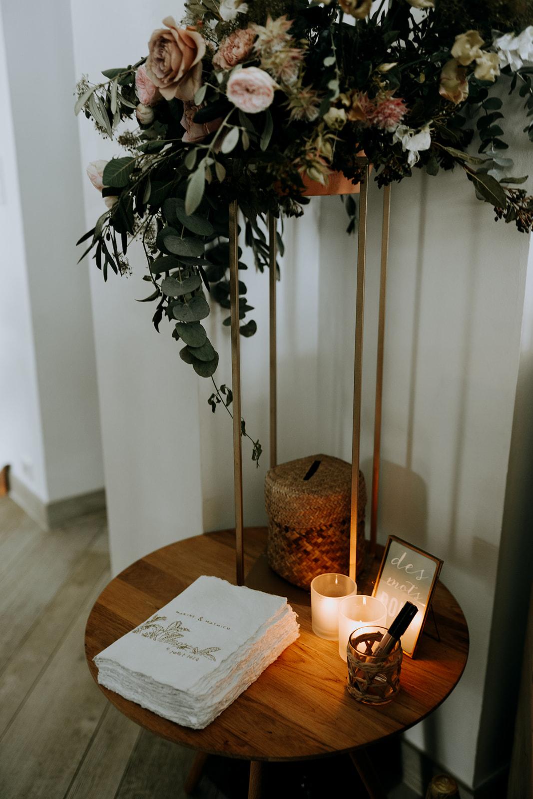 Décoration de mariage chic présentoir livre d'or composition florale fleuriste pays de la loire