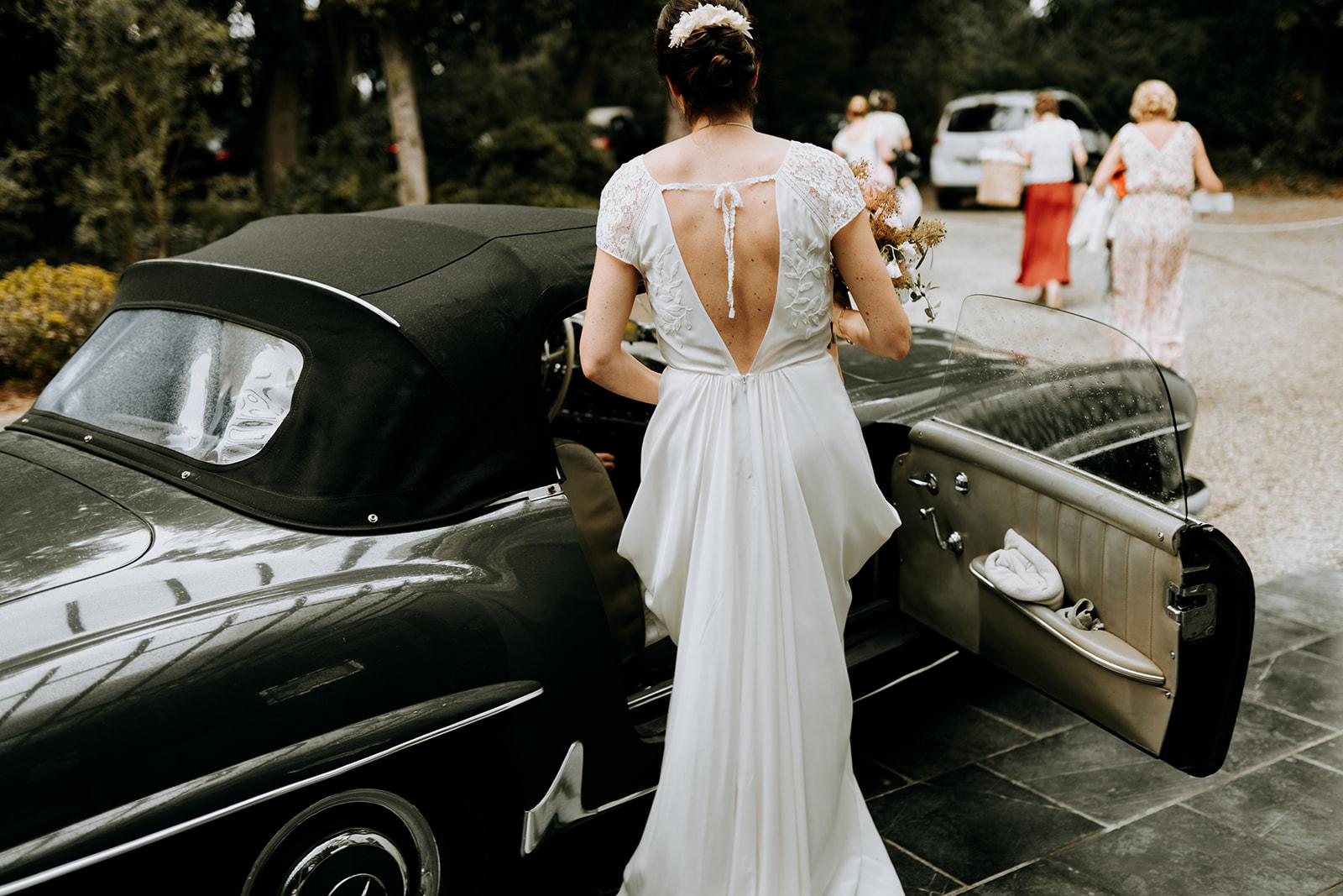 Robe de mariée longue et dos nu voiture de mariée Pays de la Loire